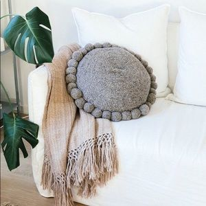 Pampa monte Pom Pom pillow gray